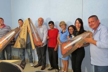 Sindmat doa violões a projeto de musicalização