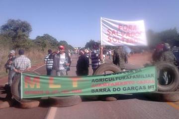 Integrantes de movimentos sociais bloqueiam três rodovias federais em MT