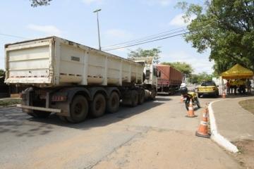Blitz autua 39 motoristas de carretas por trafegarem fora do horário permitido