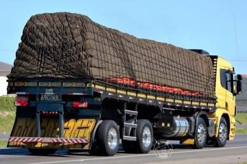 PRF começa a multar caminhões que transportam cargas amarradas com cordas