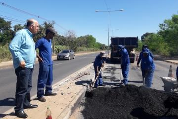 Após cobrança do Sindmat, prefeitura tapa buracos na Estrada do Moinho. Assista.