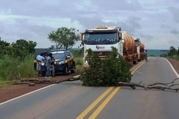 Índios bloqueiam a BR-070 para cobrar pedágio e revoltam transportadores
