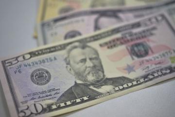 Dólar atinge maior valor em dois anos e meio e chega a R$ 3,957