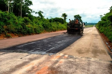 Trecho crítico da BR-163 recebe primeiras camadas de pavimento no Pará