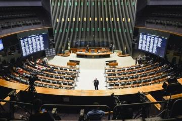 Plenário pode votar na terça MP que permite antecipação de férias para evitar demissões durante pand
